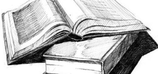 открытые книги на столе