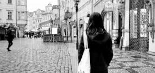 шумная улица, одинокая девушка