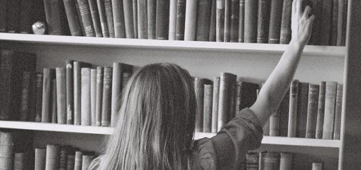 девушка ставит книгу на полку, библиотека