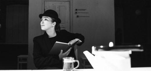 женщина читает книгу, читатель
