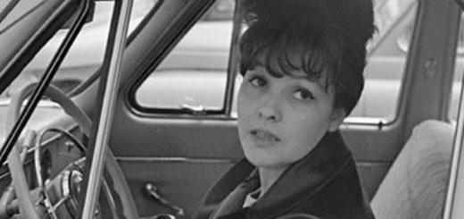 Белла Ахмадулина в машине за рулем