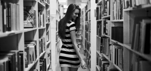 девушка в библиотеке, читатель
