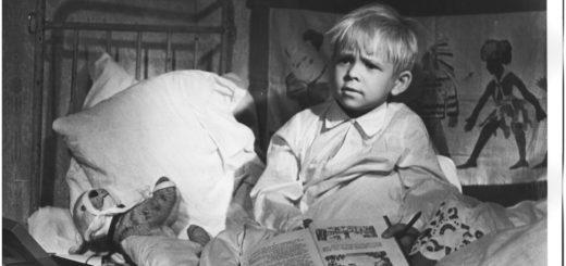 ребенок читает книжку