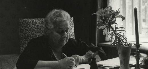 Анна Ахматова работает за столом