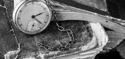 Книги и старые часы