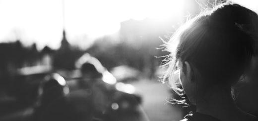 женщина в черно-белом цвете