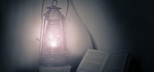 лампа и книги, вечер с книгой