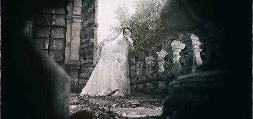 женщина в платье на фоне красивых перил