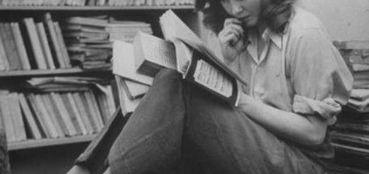 девушка читает книгу, библиотека