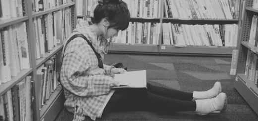 книги, девушка читает книги, библиотека