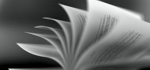 книга на столе в раскрытом виде