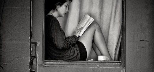 девушка читает на подоконнике