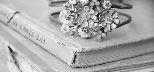 книги на столе и браслет, красивое фото