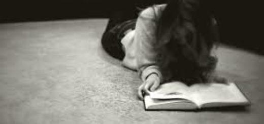 девушка читает книгу на полу