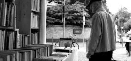 книги на полках, библиотека, мужчина