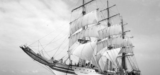 корабль на волнах, парусник
