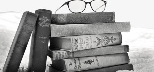 книги на столе, книжная стопка